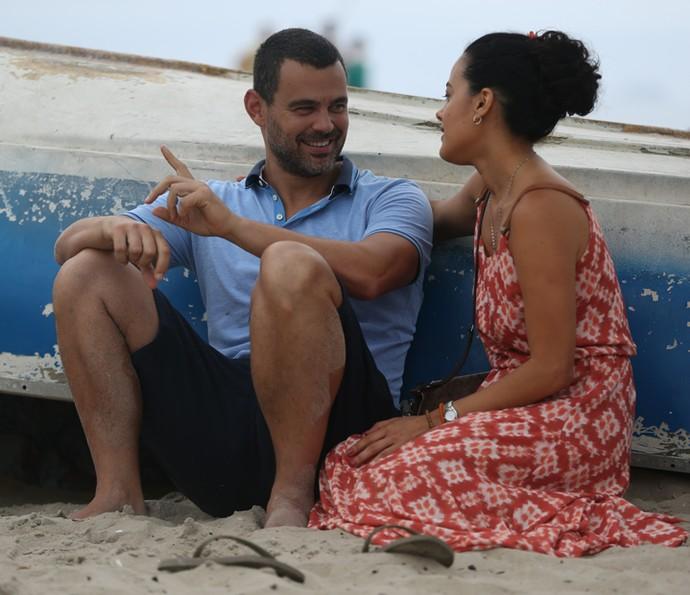 Carmo Dalla Vecchia e Maeve Jinkings gravam cena na praia (Foto: Fabiano Battaglin / Gshow)