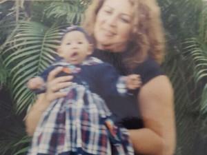 Fátima e a filha ainda bebê (Foto: Fátima Cabral / Arquivo Pessoal)