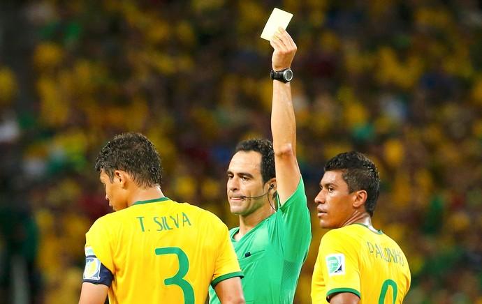 Thiago Silva recebe cartão amrelo jogo Brasil x Colômbia (Foto: Reuters)