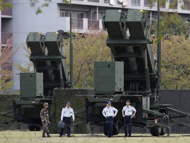 Soldados japoneses em frente ao sistema de detecção de mísseis instalado em Tóqui, no Japão. País se prepara para possível ameaça da Coreia do Norte. (Foto: Issei Kato/Reuters)
