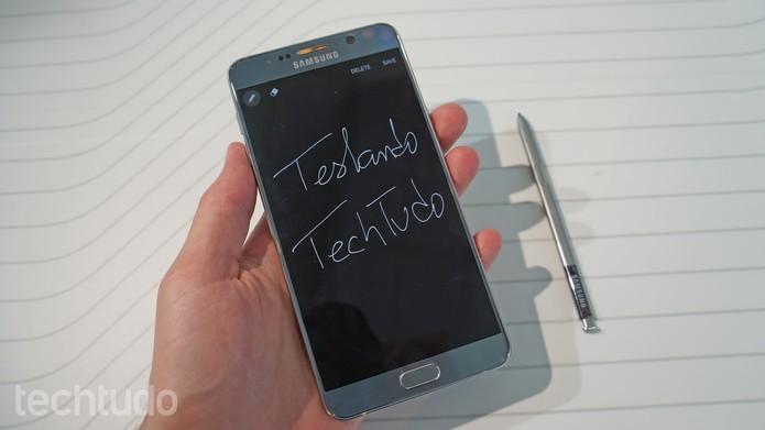 Galaxy Note 5 tem tela que reconhece escrita do usuário mesmo quando apagada (Foto: Thassius Veloso/TechTudo)