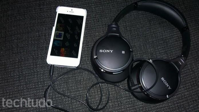 Fone também pode ser usado com fios (Foto: Thiago Barros/TechTudo)