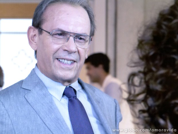 Cortês, ele tenta puxar uma conversa amigável... (Foto: Amor à Vida / TV Globo)