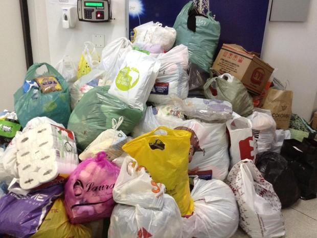 Doações que chegaram na TV Tribuna em menos de uma hora (Foto: Vanessa Faro/TV Tribuna)