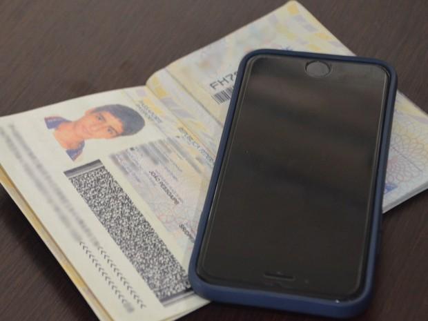 Polícia apreendeu o passaporte e um celular com o suspeito (Foto: Diogo Almeida/G1)