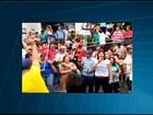 Servidores em greve usam sal grosso para lavar Prefeitura de Divinópolis