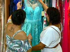 Movimento em lojas de roupa de gala cresce em Araraquara nesta época do ano (Foto: Wilson Aiello/EPTV)