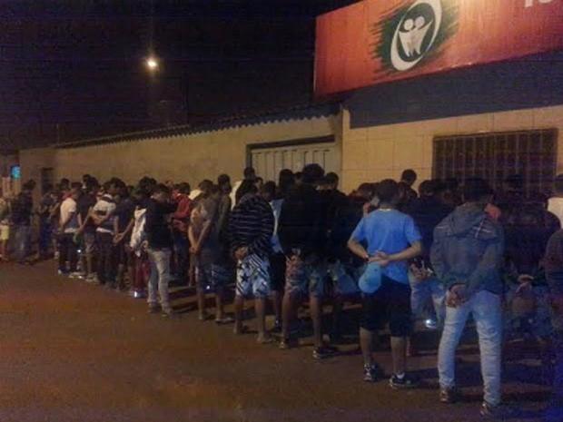 Detidos contra a parede em festa onde a PM apreendeu drogas e armas de fogo (Foto: Polícia  Militar/Reprodução)