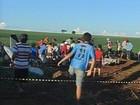Moradores invadem avião que caiu em área rural em Cândido Mota, SP