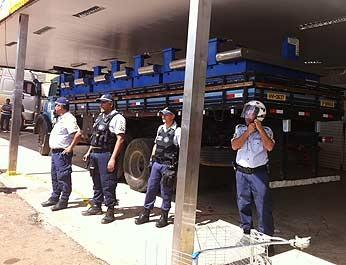 Policiais militares acompanham protesto de funcionários de supermercado (Foto: Isabella Formiga/G1)