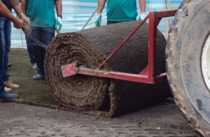 Rolo de montagem do gramado no estádio do Palmeiras (Foto: Thiago Fatichi/Divulgação)