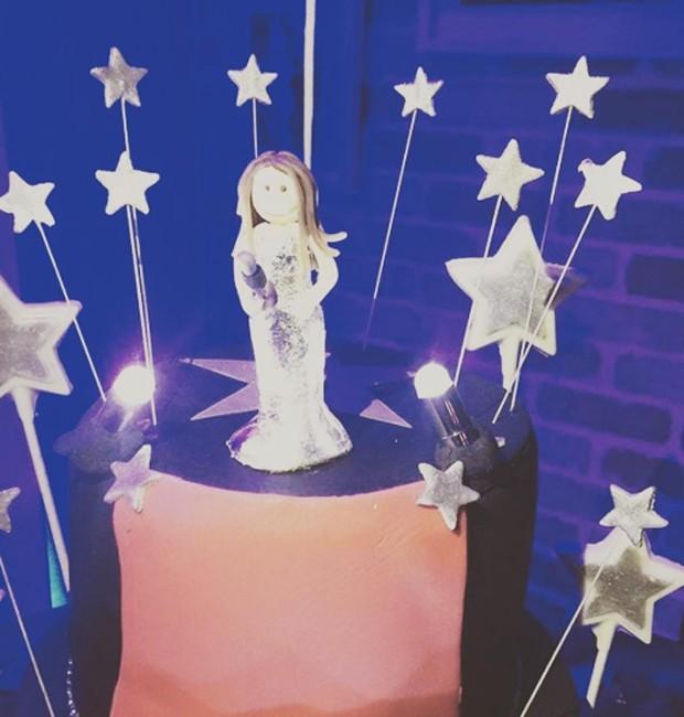 Detalhes do bolo de aniversário de Fernanda Pontes (Foto: Reprodução/Instagram)