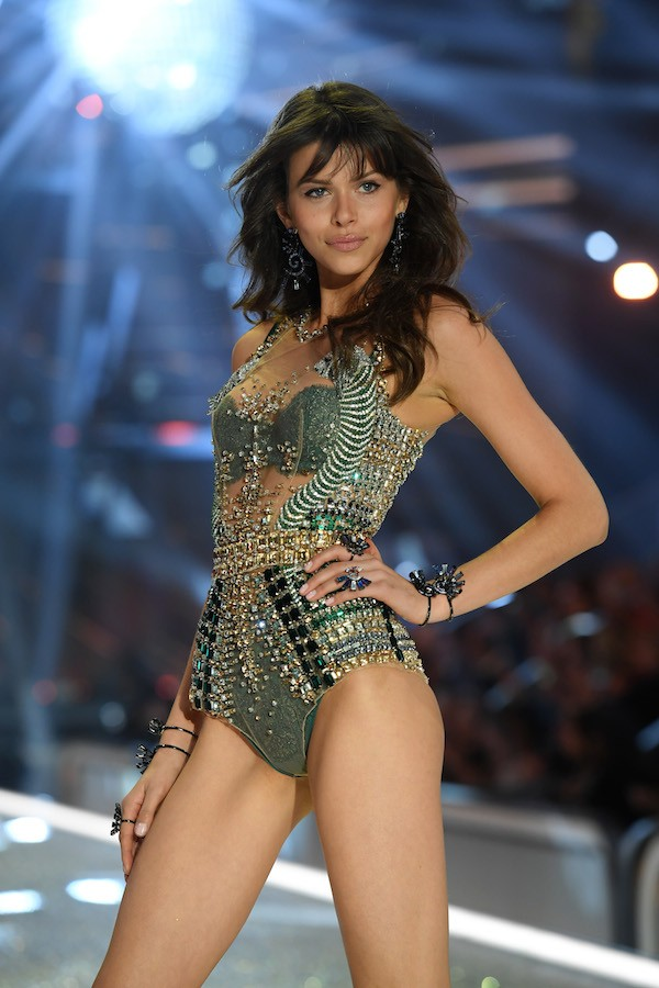 A modelo Georgia Fowler em desfile da Victoria's Secret (Foto: Getty Images)