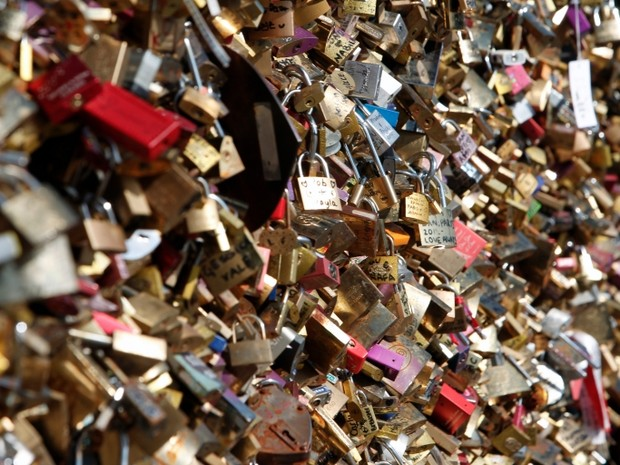 Ritual romântico de pendurar cadeados desfigura pontes na Europa (Foto: AP)
