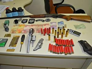 Armas,drogas, dinheiro e munições foram apreendidos com Antônio Raimundo dos Santos (Foto: Aline Nascimento/G1)