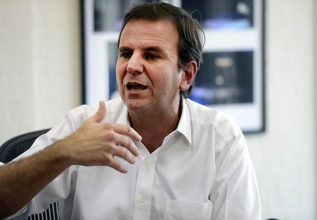 """O prefeito Eduardo Paes fala à imprensa sobre a divulgação de conversa entre ele e o ex-presidente Lula, reconhecendo que foi """"infeliz"""" (Foto: Tânia Rêgo/Agência Brasil)"""