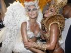 Thaila Ayala e Sabrina Sato se abraçam após desfile da Gaviões