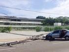 Motorista cochila ao volante, bate carro e derruba poste em Maceió