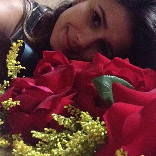 Paula Fernandes posta foto com as flores que recebeu (Foto: Instagram / Reprodução)