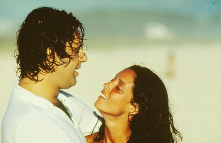 Cacá começou 'Dancin' days' como diplomata e terminou a novela trabalhando com cinema. Ele se apaixonou por Júlia (Sônia Braga) Nelson Di Rago/ TV Globo