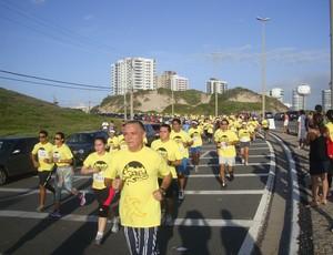 Corredores fazem primeira volta da Corrida 400 anos de São Luís, na Avenida Litorânea (Foto: Zeca Soares/Globoesporte)