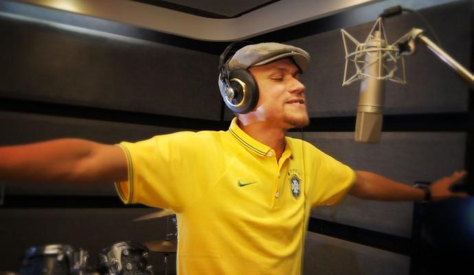 Alexey Rodrigo terá que passar por três argentinos para colocar sua música como tema da Copa 2014 (Foto: Marcelo Paoli)