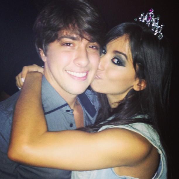 Anitta dá beijinho em Nilo Faria  (Foto: Instagram/Reprodução)