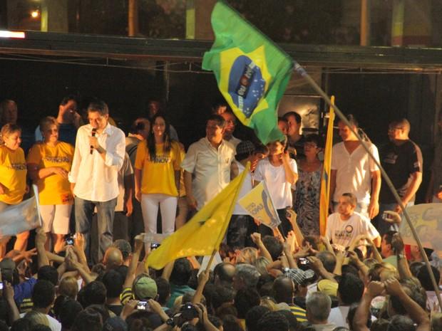 Ortiz Júnior discursa durante a comemoração de sua eleição na Avenida do Povo, em Taubaté (Foto: Carlos Santos/G1)