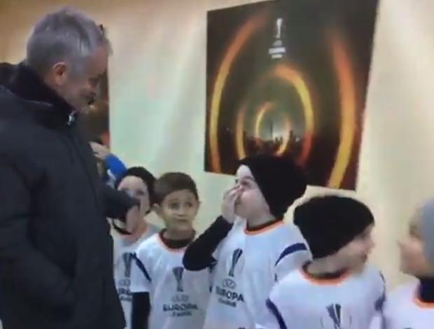 BLOG: Mascote do Rostov conhece Mourinho, e a reação do menino é impagável; assista