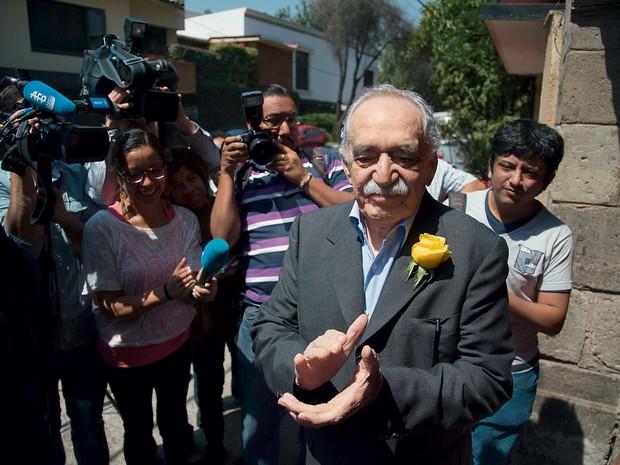 Gabriel García Márquez na porta de sua casa, na Cidade do México, em março deste ano. Foi seu último aniversário (Foto: Eduardo Verdugo/AP)