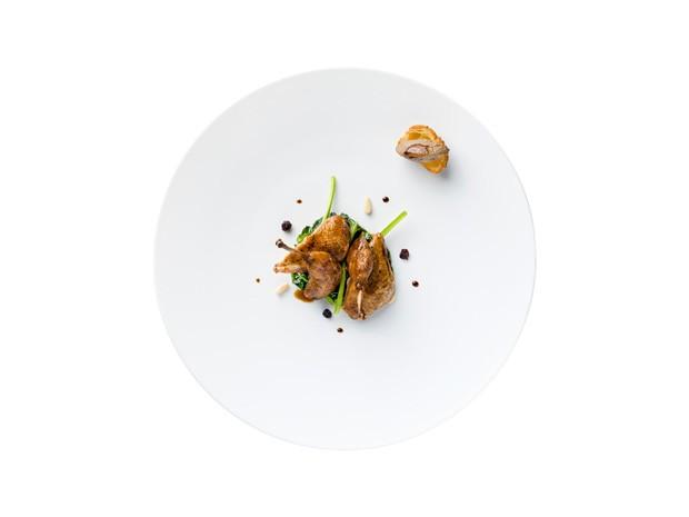 Petto e coscia di quaglia rosolata in tegame all'italiana uva di corinto, spinacio stufato e sugo piccante di quaglia al finocchietto selvatico (Foto: Divulgação)