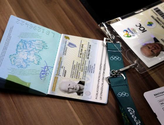 Credencial e o passaporte do irlandes diretor do COI que fazia negócios com os ingressos da Rio 2016 (Foto: Gabriel de Paiva/ Agência O Globo)