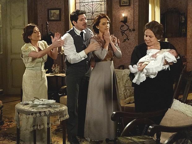 Dona Eulália toma o bebê dos braços de Teresa e o deixa nervoso (Foto: Lado a Lado / TV Globo)