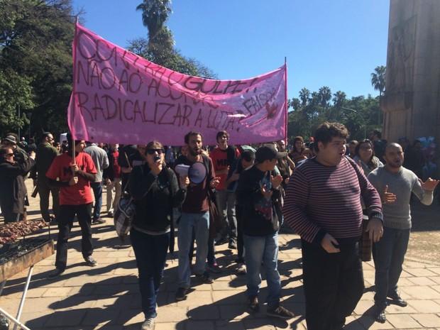 Protesto contra impeachment no Parque Farroupilha em Porto Alegre (Foto: Daniel Favero/G1)