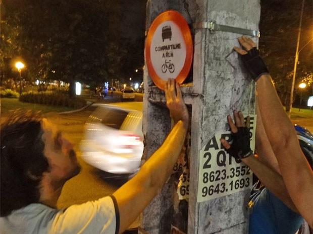Placas foram afixadas em postes (Foto: Luna Markman/G1)