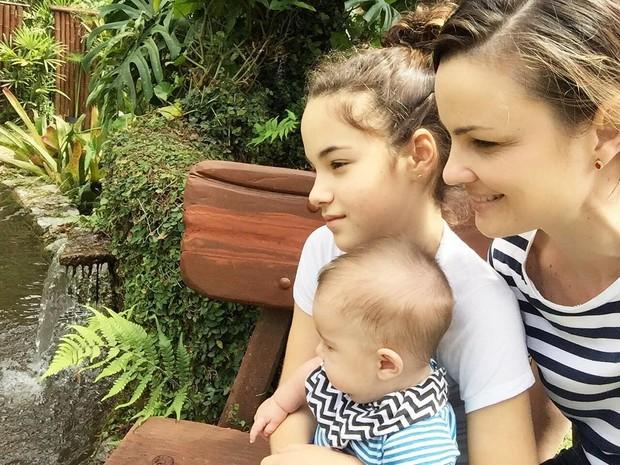 A atriz Carolina Kasting e os filhos, Cora e Tom (Foto: Reprodução/Instagram)