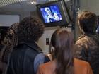 Participantes assistem e torcem por companheiros em TV nos bastidores