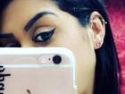 Amanda Djehdian faz novo furo na orelha após costurar lóbulo