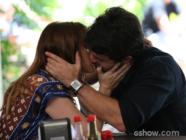 João Luiz e Raissa finalmente assumem a paixão (Foto: Carol Caminha / TV Globo)