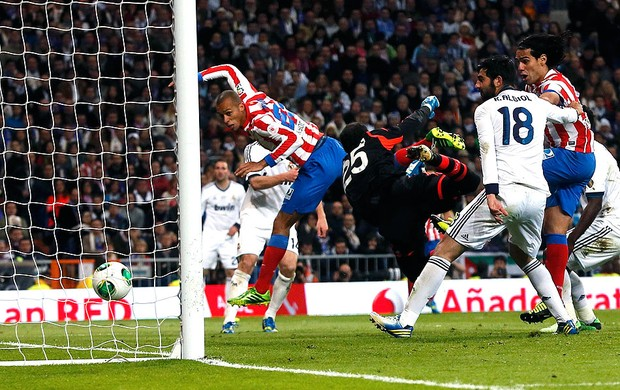 MIranda gol Real Madrid Atletico de Madri (Foto: Reuters)