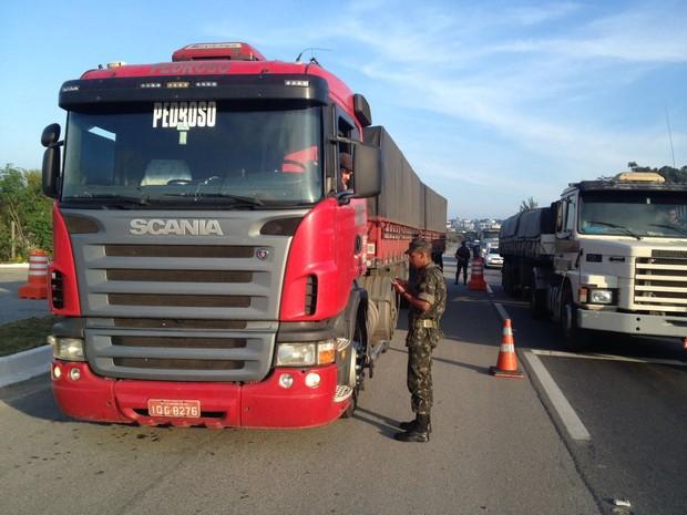 Todos os tipos de veículos podem ser parados para a realização do questionário (Foto: Fabiano Correia/RBS TV)