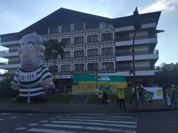 Manifestantes em Blumenau, SC, neste domingo (31) pedem afastamento definitivo de Dilma Rousseff (Foto: Osvaldo Sagaz/RBS TV)
