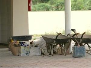 No local, equipamentos usados na obra estão do lado de fora do prédio (Foto: Reprodução/TV Gazeta)