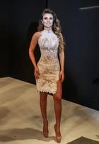 Paula Fernandes usa vestido branco com fenda e transparência