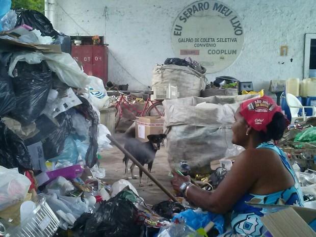 Catadora da cooperativa Cooplum fazendo a separação do lixo reciclável. (Foto: Rivângela Gomes/G1)
