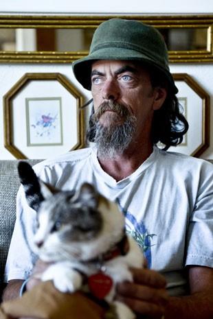 Michael King com a gata que viajou os EUA de carona com ele (Foto: AP Photo/Independent Record, Dylan Brown)