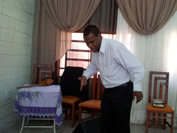 Pastor simula a ação contra jovem baleado dentro de igreja, em Sumaré (Foto: Marcello Carvalho / G1)