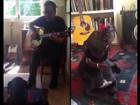 Kiefer Sutherland toca violão e faz 'dueto' com o cão de estimação