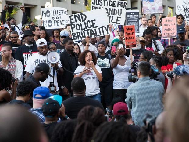 Manifestação em Dallas, contra violência policial (Foto: Laura Buckman / AFP Photo)