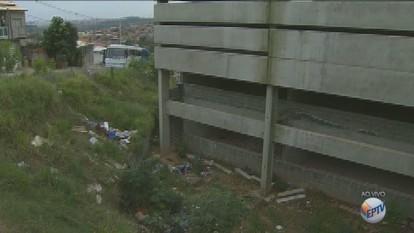 Escola abandonada em Campinas continua na mesma situação após mais de um ano